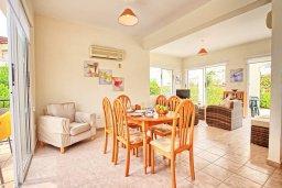 Обеденная зона. Кипр, Корал Бэй : Уютная вилла с 2-мя спальнями, с бассейном и зелёным двориком с барбекю, расположена в тихом районе Coral Bay