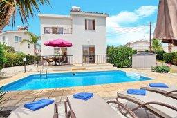 Фасад дома. Кипр, Корал Бэй : Уютная вилла с 2-мя спальнями, с бассейном и зелёным двориком с барбекю, расположена в тихом районе Coral Bay