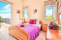Спальня. Кипр, Корал Бэй : Уютная вилла с 2-мя спальнями, с бассейном и зелёным двориком с барбекю, расположена в тихом районе Coral Bay