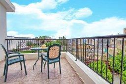 Балкон. Кипр, Корал Бэй : Уютная вилла с 2-мя спальнями, с бассейном и зелёным двориком с барбекю, расположена в тихом районе Coral Bay