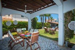 Обеденная зона. Кипр, Пернера : Шикарная вилла с 6-ю спальнями, с большим бассейном, зелёной территорией, традиционной таверной с барбекю и теннисным кортом