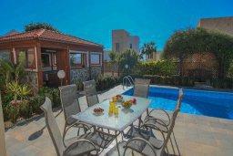 Обеденная зона. Кипр, Корал Бэй : Шикарное бунгало с 3-мя спальнями, с бассейном, зелёным двориком с барбекю и с крытой беседкой с бильярдом