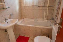 Ванная комната. Кипр, Корал Бэй : Шикарное бунгало с 3-мя спальнями, с бассейном, зелёным двориком с барбекю и с крытой беседкой с бильярдом