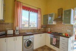 Кухня. Кипр, Корал Бэй : Шикарное бунгало с 3-мя спальнями, с бассейном, зелёным двориком с барбекю и с крытой беседкой с бильярдом