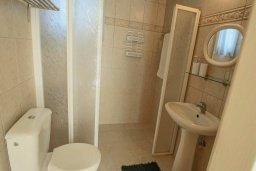 Ванная комната 2. Кипр, Корал Бэй : Шикарное бунгало с 3-мя спальнями, с бассейном, зелёным двориком с барбекю и с крытой беседкой с бильярдом