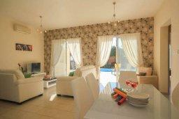Гостиная. Кипр, Корал Бэй : Шикарное бунгало с 3-мя спальнями, с бассейном, зелёным двориком с барбекю и с крытой беседкой с бильярдом