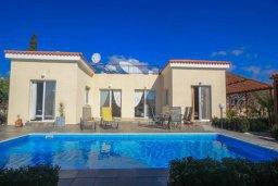Фасад дома. Кипр, Корал Бэй : Шикарное бунгало с 3-мя спальнями, с бассейном, зелёным двориком с барбекю и с крытой беседкой с бильярдом