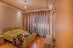 Спальня. Кипр, Ларнака город : Современный апартамент с отдельной спальней и балконом, расположен возле пляжа Phinikoudes beach
