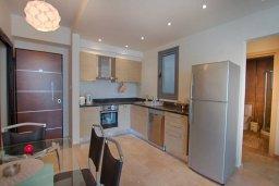Кухня. Кипр, Ларнака город : Современный апартамент с отдельной спальней и балконом, расположен возле пляжа Phinikoudes beach