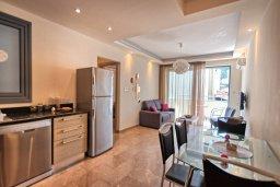 Гостиная. Кипр, Ларнака город : Современный апартамент с отдельной спальней и балконом, расположен возле пляжа Phinikoudes beach
