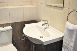 Ванная комната. Кипр, Каво Марис Протарас : Потрясающий апартамент с шикарным видом на море, гостиной и отдельной спальней, расположен на набережной Протараса