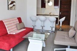 Гостиная. Кипр, Каво Марис Протарас : Современный апартамент с шикарным видом на море, гостиной и отдельной спальней, расположен на набережной Протараса
