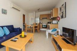 Гостиная. Кипр, Фиг Три Бэй Протарас : Шикарный апартамент с прекрасным видом на Средиземное море, в 100 метрах от пляжа, с гостиной, отдельной спальней и балконом