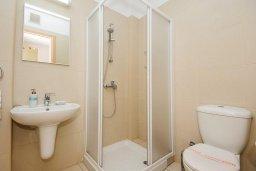 Ванная комната. Кипр, Фиг Три Бэй Протарас : Шикарный апартамент с прекрасным видом на Средиземное море, в 100 метрах от пляжа, с гостиной, отдельной спальней и балконом