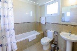 Ванная комната. Кипр, Нисси Бич : Современный апартамент с гостиной, отдельной спальней и большой террасой