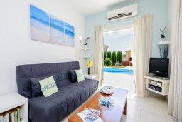 Гостиная. Кипр, Ионион - Айя Текла : Роскошная вилла с бассейном и зелёным садом, с 2-мя спальнями, патио и барбекю, расположена в тихом и спокойном месте
