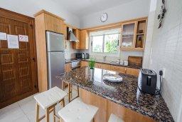 Кухня. Кипр, Ионион - Айя Текла : Роскошная вилла с бассейном и зелёным садом, с 2-мя спальнями, патио и барбекю, расположена в тихом и спокойном месте