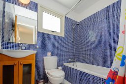 Ванная комната 2. Кипр, Ионион - Айя Текла : Роскошная вилла с бассейном и зелёным садом, с 2-мя спальнями, патио и барбекю, расположена в тихом и спокойном месте