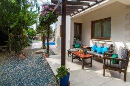 Терраса. Кипр, Сиренс Бич - Айя Текла : Роскошная вилла с бассейном, с 2-мя спальнями, прекрасным зелёным садом с патио и барбкю