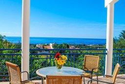 Вид на море. Кипр, Си Кейвз : Комфортабельная вилла с потрясающим видом на Средиземное море, с 3-мя спальнями, с бассейном,солнечной террасой с патио и барбекю, с сауной и джакузи