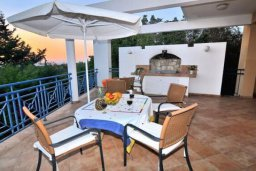 Терраса. Кипр, Си Кейвз : Комфортабельная вилла с потрясающим видом на Средиземное море, с 3-мя спальнями, с бассейном,солнечной террасой с патио и барбекю, с сауной и джакузи