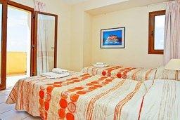 Спальня 2. Кипр, Си Кейвз : Комфортабельная вилла с потрясающим видом на Средиземное море, с 3-мя спальнями, с бассейном,солнечной террасой с патио и барбекю, с сауной и джакузи