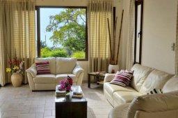 Гостиная. Кипр, Си Кейвз : Шикарная вилла с видом на море, с 4-мя спальнями, с бассейном, зелёным двориком с патио и барбекю, с джакузи и сауной