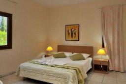 Спальня. Кипр, Си Кейвз : Шикарная вилла с видом на море, с 4-мя спальнями, с бассейном, зелёным двориком с патио и барбекю, с джакузи и сауной