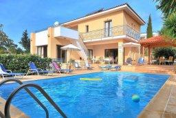 Фасад дома. Кипр, Си Кейвз : Шикарная вилла с видом на море, с 4-мя спальнями, с бассейном, зелёным двориком с патио и барбекю, с джакузи и сауной