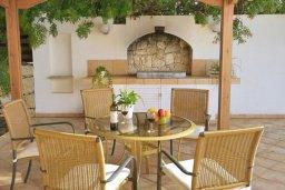 Обеденная зона. Кипр, Си Кейвз : Шикарная вилла с видом на море, с 4-мя спальнями, с бассейном, зелёным двориком с патио и барбекю, с джакузи и сауной