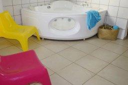Ванная комната. Кипр, Си Кейвз : Шикарная вилла с видом на море, с 4-мя спальнями, с бассейном, зелёным двориком с патио и барбекю, с джакузи и сауной
