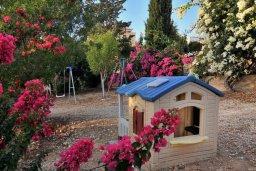 Детская площадка. Кипр, Си Кейвз : Шикарная вилла с видом на море, с 4-мя спальнями, с бассейном, зелёным двориком с патио и барбекю, с джакузи и сауной