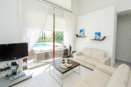 Гостиная. Кипр, Санрайз Протарас : Элегантная вилла с видом на море, с 4-мя спальнями, с большим бассейном и зелёной территорией, с патио, барбекю и баскетбольной площадкой
