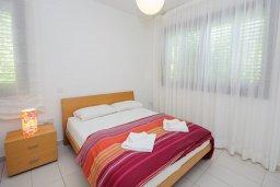 Спальня. Кипр, Санрайз Протарас : Элегантная вилла с видом на море, с 4-мя спальнями, с большим бассейном и зелёной территорией, с патио, барбекю и баскетбольной площадкой