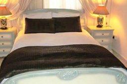Спальня. Кипр, Аргака : Роскошная прибрежная вилла с 6-ю спальнями, с бассейном, зелёным садам с беседкой и барбекю