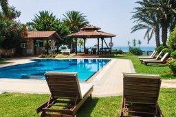Территория. Кипр, Аргака : Роскошная прибрежная вилла с 6-ю спальнями, с бассейном, зелёным садам с беседкой и барбекю