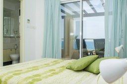 Спальня 2. Кипр, Корал Бэй : Роскошная вилла с шикарным видом на Средиземное море, с 6-ю спальнями, с бассейном, тенистой террасой с патио и барбекю, расположена на первой линии в Coral Bay