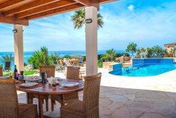 Обеденная зона. Кипр, Корал Бэй : Роскошная вилла с шикарным видом на Средиземное море, с 6-ю спальнями, с бассейном, тенистой террасой с патио и барбекю, расположена на первой линии в Coral Bay