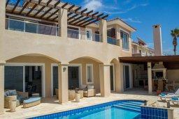 Фасад дома. Кипр, Корал Бэй : Роскошная вилла с шикарным видом на Средиземное море, с 6-ю спальнями, с бассейном, тенистой террасой с патио и барбекю, расположена на первой линии в Coral Bay