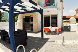 Патио. Кипр, Мазотос : Красивая и современная вилла с потрясающим видом на море, с 3-мя спальнями, с бассейном, патио и барбекю, расположена в 100 метрах от пляжа