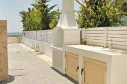 Терраса. Кипр, Мазотос : Красивая и современная вилла с потрясающим видом на море, с 3-мя спальнями, с бассейном, патио и барбекю, расположена в 100 метрах от пляжа