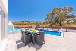 Обеденная зона. Кипр, Санрайз Протарас : Шикарная вилла с 3-мя спальнями, большим двориком с солнечной террасой с патио и с бассейном, расположена в эксклюзивном районе Profitis Elias Hill