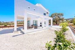 Фасад дома. Кипр, Санрайз Протарас : Шикарная вилла с 3-мя спальнями, большим двориком с солнечной террасой с патио и с бассейном, расположена в эксклюзивном районе Profitis Elias Hill