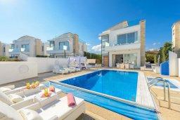 Фасад дома. Кипр, Каво Марис Протарас : Лакшери вилла с видом на море, с 6-ю спальнями, с бассейном с джакузи, тренажерным залом, сауной и lounge-зоной, расположена на собственном песчаном пляже
