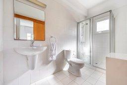 Ванная комната. Кипр, Коннос Бэй : Современная вилла с панорамным видом на море, с 5-ю спальнями, с бассейном, потрясающим патио и барбекю, расположена на первой линии моря