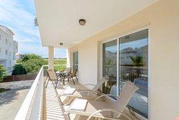 Балкон. Кипр, Каппарис : Современный апартамент с 3-мя спальнями, меблированным балконом, в комплексе с общим бассейном