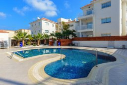 Бассейн. Кипр, Каппарис : Современный апартамент с 3-мя спальнями, меблированным балконом, в комплексе с общим бассейном