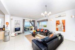 Гостиная. Кипр, Каппарис : Роскошная вилла с панорамным видом на море, с 4-мя спальнями, с бассейном, джакузи и lounge-зоной на крыше