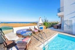 Зона отдыха у бассейна. Кипр, Каппарис : Роскошная вилла с панорамным видом на море, с 4-мя спальнями, с бассейном, джакузи и lounge-зоной на крыше