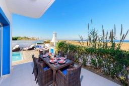 Обеденная зона. Кипр, Каппарис : Роскошная вилла с панорамным видом на море, с 4-мя спальнями, с бассейном, джакузи и lounge-зоной на крыше